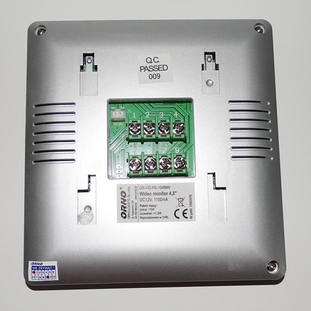 Déballage et présentation du portier vidéophone Orno : connectique au dos de l'écran