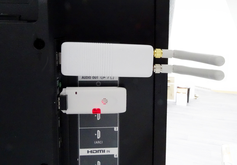 RFPlayer et clé Z-Wave branchés au dos d'une Bravia