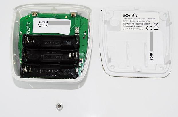 Boitier RFID de la serrure connectée Somfy : ouvert, compartiment à piles